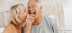 Frau und Mann frühstücken