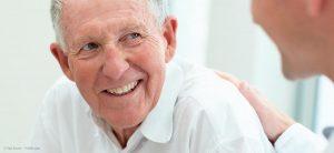 älterer herr lacht mit schönen zähnen