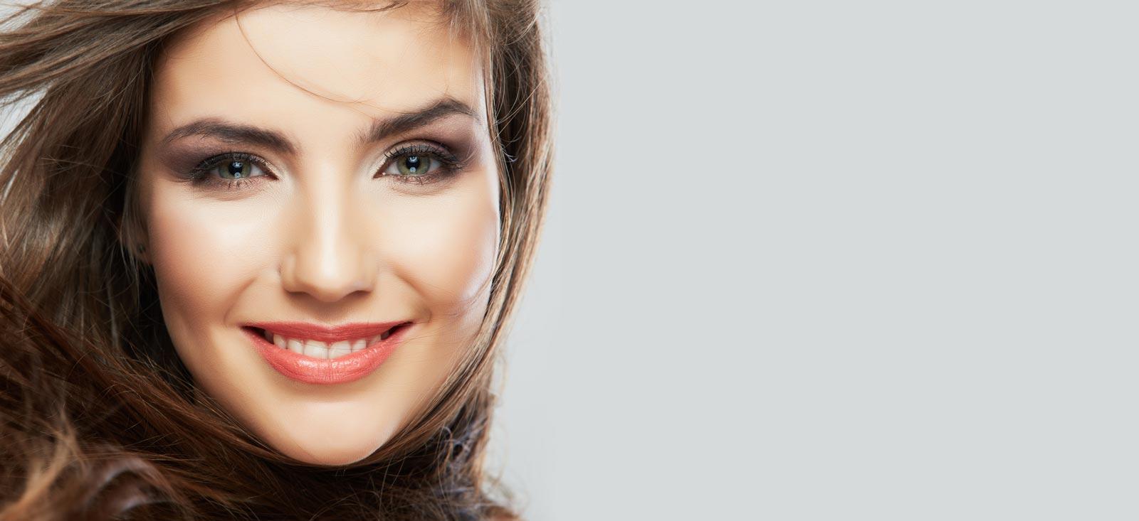 Hübsche Frau mit strahlendem Lächeln